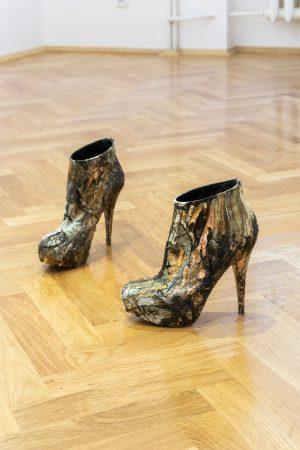 Mariusz Maślanka, Paradise Lost, 2019, Hydrografika, kamuflaż łowiecki RealTree na damskim obuwiu z wysokim obcasem, 7 x 25 x 21 cm